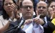 O presidente da Assembleia Nacional, Julio Borges, rasga o documento que informa a decisão da Suprema Corte de assumir as funções do Parlamento Foto: Ariana Cubillos / AP