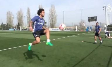 Marcelo demonstra habilidade no fute-tênis Foto: Reprodução