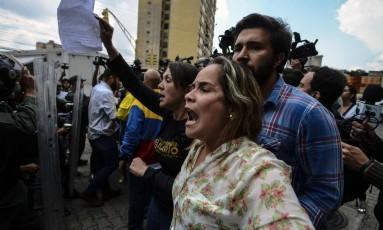 A deputada Amelia Belisario (ao centro) protesta diante do Supremo Tribunal, em Caracas Foto: JUAN BARRETO / AFP