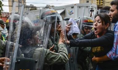 A deputada venezuelana, Amelia Belisario, em protesto contra a medida do governo de Nicolás Maduro Foto: JUAN BARRETO / AFP
