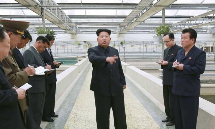 Kim Jong-un fala em indústria, acompanhado de assessores Foto: KCNA/Divulgação