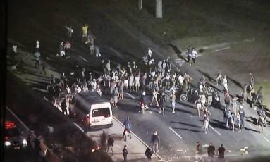 Pista da Avenida Brasil é invadida por manifestantes na altura da Fazenda Botafogo Foto: Reprodução / Agência O Globo