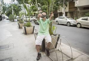 Lamento. Vítima mostra corrente retorcida que estava presa à bicicleta furtada em Icaraí Foto: Analice Paron / Agência O Globo