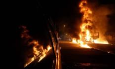 Caminhão incendiado na av. Automóvel Clube Foto: Marcelo Theobald / Agência O Globo