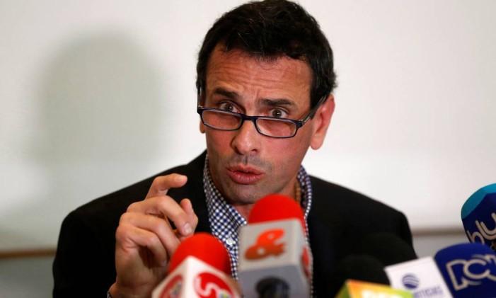Líder da oposição venezuelana, Henrique Capriles fala com a imprensa durante uma coletiva Foto: JAIME SALDARRIAGA / REUTERS