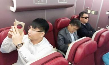 Norte-coreanos, entre eles homem que chegou a ser acusado de ser espião, são soltos pela Malásia e embarcam para a China Foto: KYODO / REUTERS