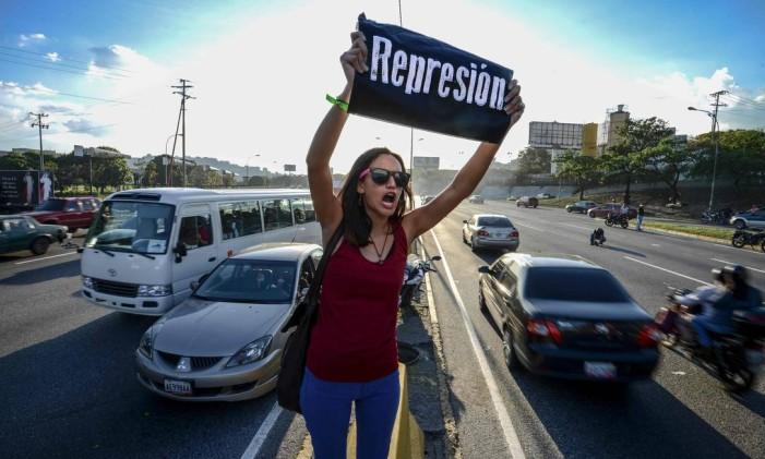 Uma estudante grita contra o presidente venezuelano, Nicolás Maduro, durante um protesto em Caracas Foto: JUAN BARRETO / AFP