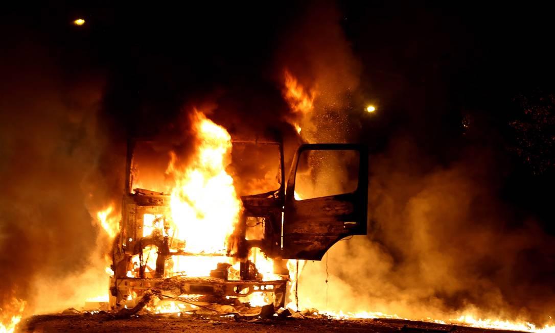 Caminhão pega fogo na Avenida Matin Luther King Foto: Marcelo Theobald / Agência O Globo