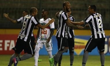 Bruno Silva, ao centro, é abraçado ao fazer um dos gols do Botafogo diante da Portuguesa Foto: Vitor Silva/SSPress/Botafogo