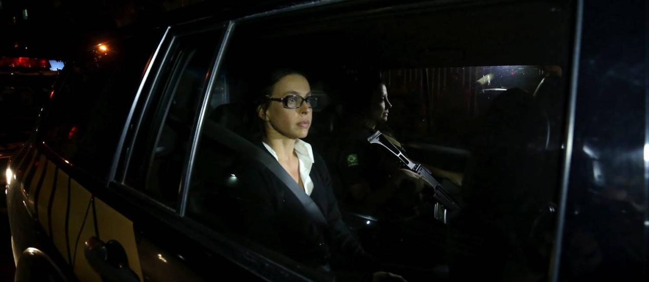 Adriana Ancelmo chega ao Leblon no carro da Polícia Federal Foto: Marcelo Theobald / Agência O Globo / 29-3-2017