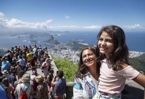 Ana Julia Aleixo e a mãe, Maria Aparecida, visitam o Cristo Redentor Foto: Fernando Lemos / Agência O Globo