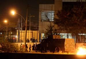 Blindado da PM fica parado em frente Escola Municipal Daniel Piza, onde morreu a estudante Maria Eduarda Alves da Conceição Foto: Marcelo Theobald / Agência O Globo