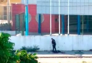 Vídeo que circula no WhatsApp mostra dois policiais militares executando com fuzis dois homens deitados no chão, em frente à Escola Municipal Daniel Piza Foto: Reprodução
