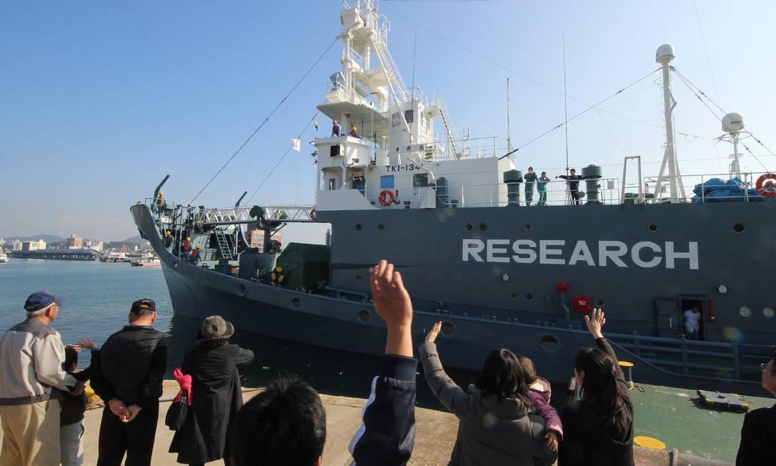 Barco japonês para 'expedição científica' com caça de baleias deixa porto em 2015; missão semelhante entre 2016 e 2017 matou 333 animais Foto: JIJI PRESS / AFP