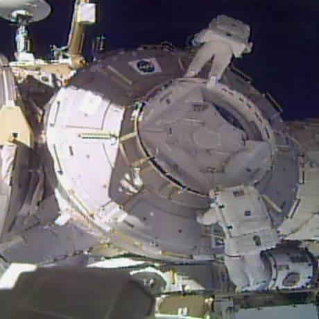 Imagem divulgada pela Nasa mostra Peggy Whitson e Robert Shane Kimbrough trabalhando na instalação de escudos na Estação Espacial Internacional Foto: AP
