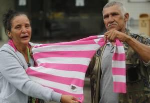 Pais mostram blusa que a filha Maria Eduarda usava amarrada na cintura quando foi baleada Foto: Antonio Scorza / O Globo