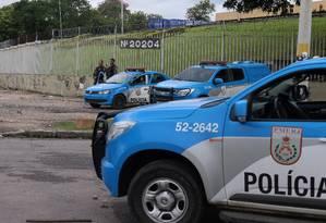 O policiamento em Acari, um dia após morte da menina Maria Eduarda, atingida por tiros dentro de escola Foto: Fabiano Rocha / Agência O Globo