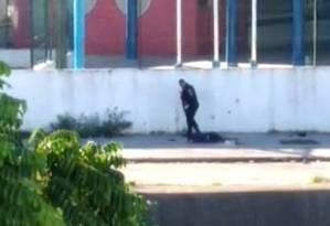 PMs foram flagrados executando os dois homens suspeitos em Acari Foto: Reprodução