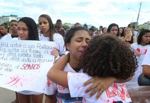 Cerca de 200 pessoas protestaram, na tarde desta sexta-feira, contra a morte da estudante Maria Eduarda Alves da Conceição, de 13 anos Foto: Marcelo Theobald / Agência O Globo
