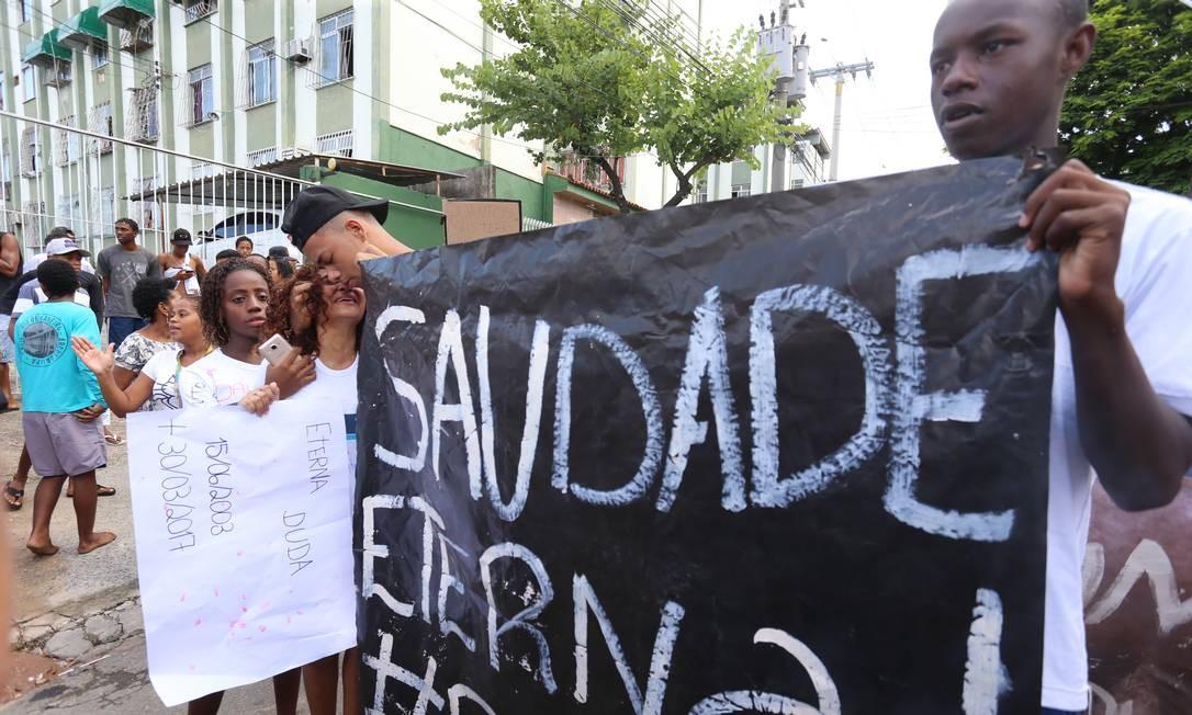 """""""Antes de ser baleada, ela abraçou todos os colegas. Parecia até uma despedida"""", contou uma amiga da estudante Foto: Marcelo Theobald / Agência O Globo"""