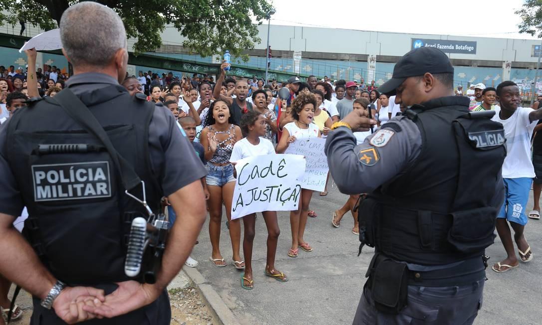 Quando a menina foi ferida, policiais e bandidos travavam um confronto no conjunto habitacional Fazenda Botafogo, na Avenida Professora Sá Lessa, perto do colégio Foto: Marcelo Theobald / Agência O Globo