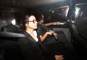 Adriana Ancelmo chega ao Leblon no carro da Polícia Federal Foto: Marcelo Theobald / Agência O Globo