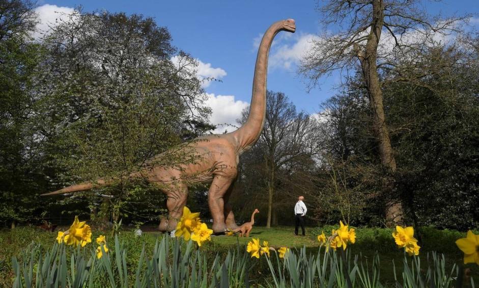 Dinossauros mecanizados em tamanho real integram a exposição interativa Jurassic Kingdom, que poderá ser vista em várias cidades da Grã-Bretanha, entre abril e novembro. Em Osterley Park, no oeste de Londres, a atração fica até 17 de abril Foto: TOBY MELVILLE / REUTERS
