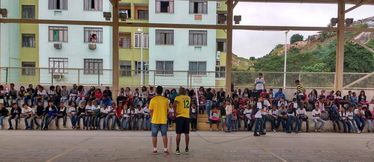 Alunos assistem a atividade na quadra esportiva da Escola Municipal Daniel Piza Foto: Reprodução