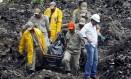 Bombeiros trabalham no resgate de vítimas e corpos dias após a tragédia Foto: Marcos Tristão 08-04-2010 / Agência O Globo