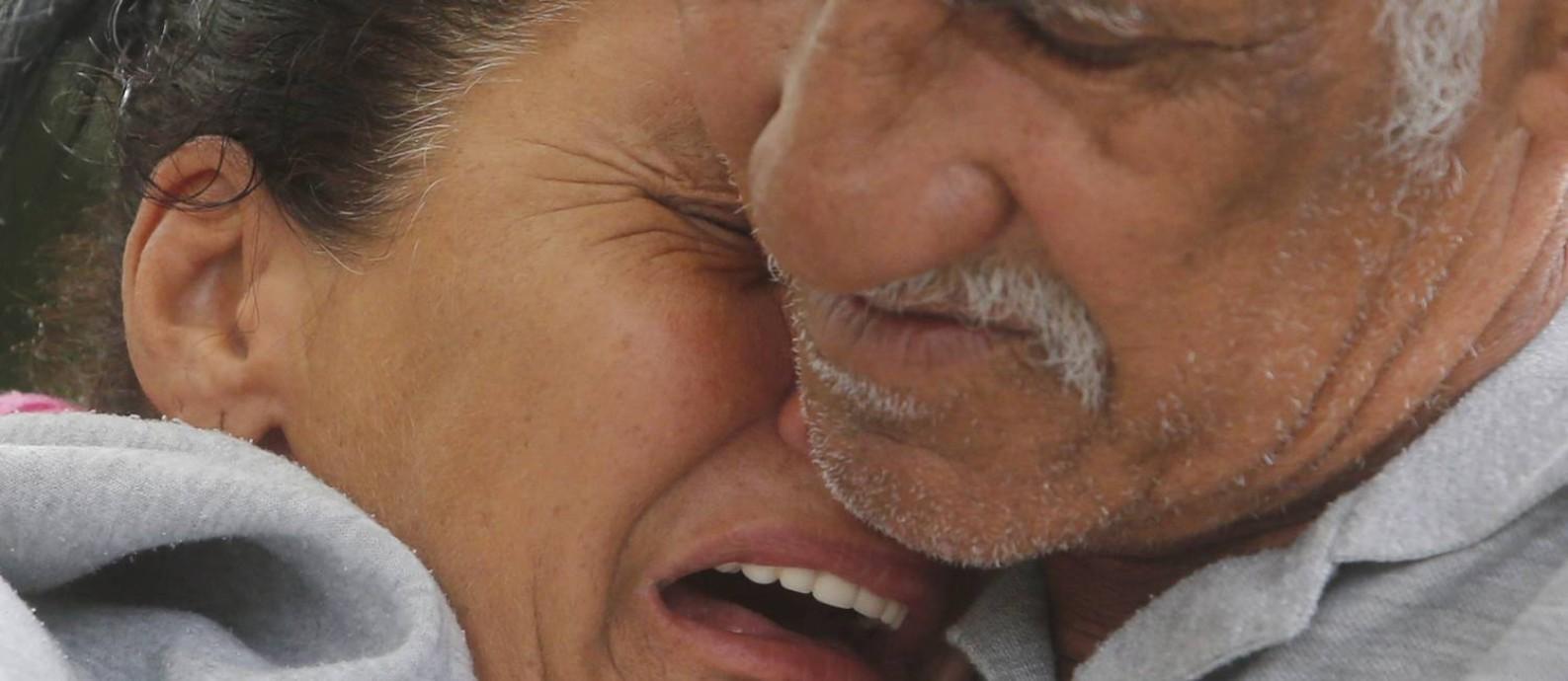 Os pais de Maria Eduarda se desesperam ao lembrar da menina, morta durante um confronto entre policiais militares e traficantes em Acari Foto: ANTONIO SCORZA / Agência O Globo