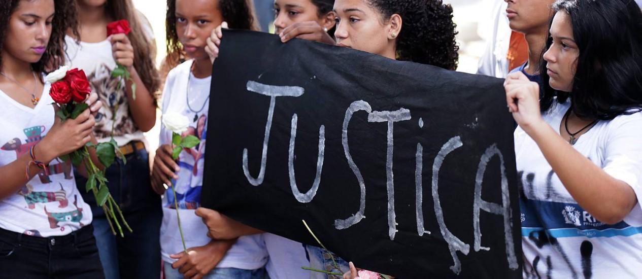 Estudantes pedem justiça no enterro da menina Maria Eduarda Foto: Cléber Júnior / Agência O Globo