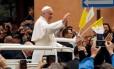Papa acena para multidão após missa em Carpi