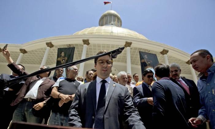 Freddy Guevara, primeiro vice-presidente da Assembleia Nacional, em entrevista: deputados processaram juízes Foto: Fernando Llano / AP