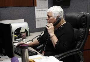 Uma paciente usa o dispositivo em forma de gorro que emite campos magnéticos Foto: Carrie Antlfinger / AP
