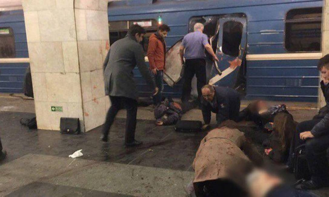 Usuários socorrem vítimas em explosão no metrô de São Petersburgo Foto: Reprodução