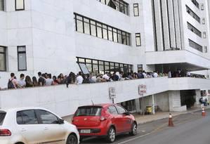 Dezenas de pessoas aguardam o início do julgamento de Vinícius Neres, acusado de assassinar a ex-namorada dentro da UnB Foto: Michel Filho / Agência O Globo