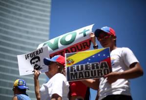 Venezuelanos que vivem no México participam de uma manifestação contra o governo do presidente venezuelano, Nicolás Maduro, no monumento Angel de la Independencia, na Cidade do México Foto: EDGARD GARRIDO / REUTERS