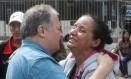 Secretário de Educação, César Bejamin, com Rosilene Alves Ferreira, mãe de Maria Eduarda Alves da Conceição Foto: Antonio Scorza / Agência O Globo