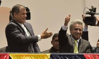 Apresentado por Correa, Moreno faz sinal de positivo a multidão no Palácio Presidencial, em Quito, após vitória Foto: RODRIGO BUENDIA / AFP