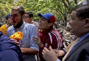 Deputado Juan Requesens aparece ferido após ataque diante da sede da Defesnroai Pública Foto: Fernando Llano / AP