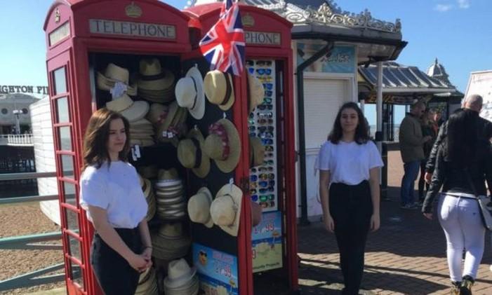 Chapéus e óculos na cabine telefônica Foto: Divulgação
