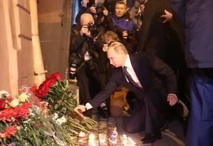 O presidente russo Vladimir Putin, deposita flores em memória das vítimas da explosão no metrô de São Petersburgo Foto: STR / AFP