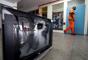 A TV que ficava na sala da direção da Escola Municipal Jornalista Daniel Piza foi destruída por um tiro disparado no dia em que Maria Eduarda, de 13 anos, foi morta Foto: Márcio Alves / Agência O Globo