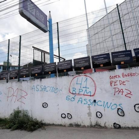 Muro da unidade de ensino: perícia fez círculos nas perfurações de tiros Foto: Márcio Alves / Agência O Globo