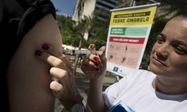 Homem toma vacina contra febre amarela em praça do Rio em 25.03.2017 Foto: Márcia Foletto / Agência O Globo