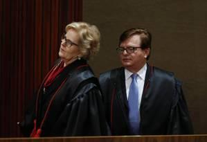 Os ministros Herman Benjamin e Rosa Weber antes do início do julgamento da chapa Dilma-Temer no TSE Foto: Ailton Freitas / O Globo