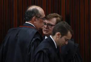 Os ministros Gilmar Mendes e Herman Benjamin durante a sessão do TSE sobre o julgamento da chapa Dilma-Temer Foto: Ailton Freitas / O Globo