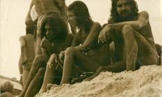 O autor com uma amiga e Waly Salomão (à esquerda), nas Dunas da Gal Foto: Mario Cravo Neto / Acervo Pessoal
