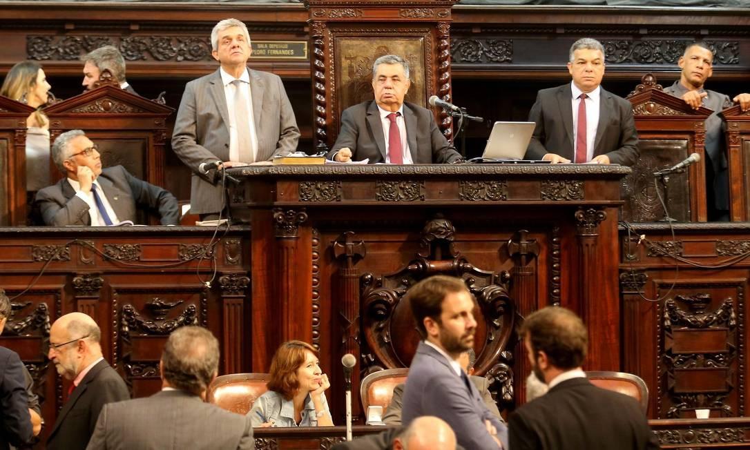 Deputados derrubaram, por unanimidade, veto do governador Luiz Fernando Pezão Foto: Marcelo Theobald / Agência O Globo