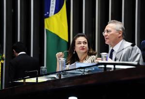 A senadora Kátia Abreu (PMDB-TO) e o então presidente do Senado, Renan Calheiros (PMDB-AL) Foto: Senado/Divulgação